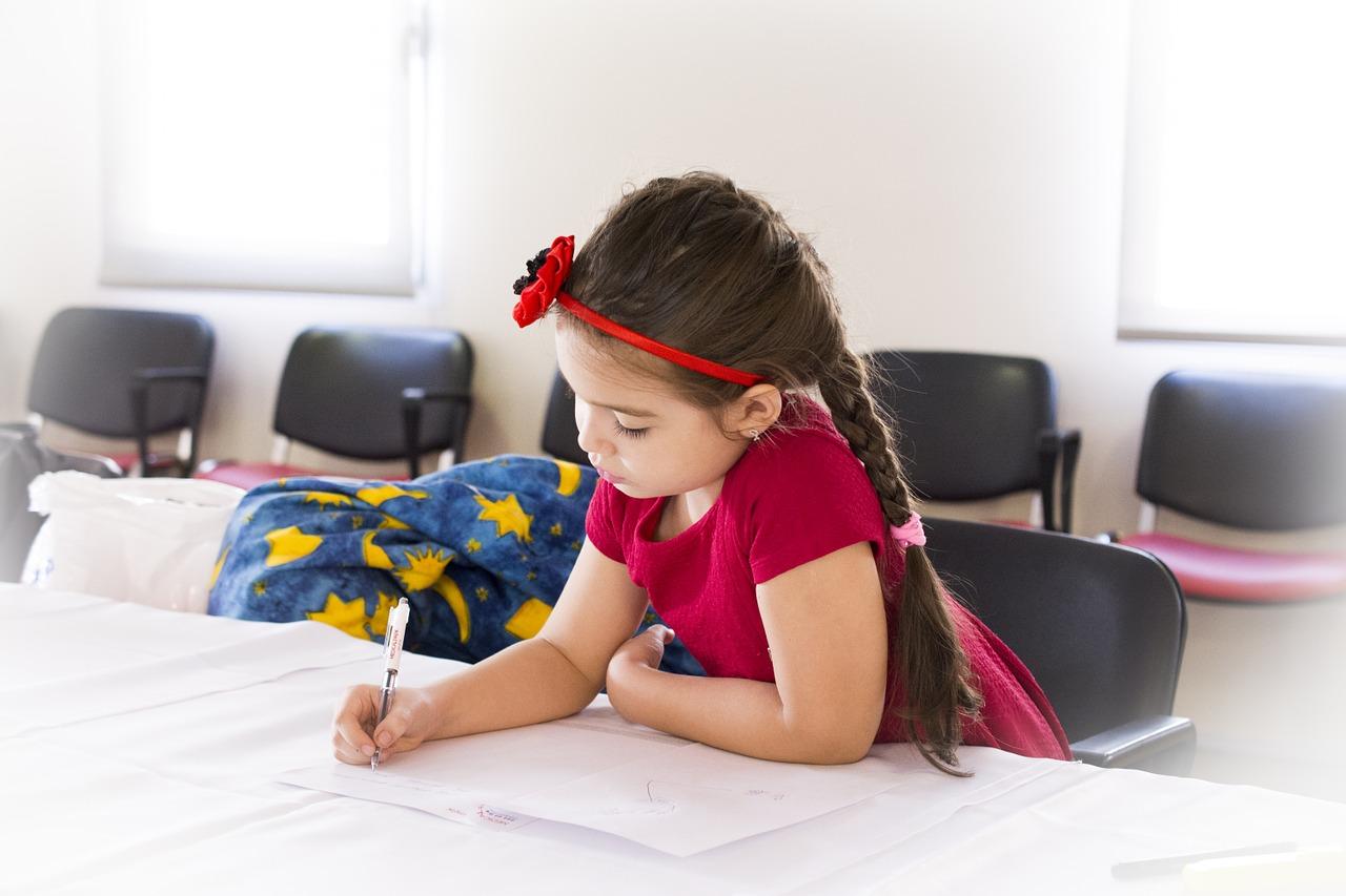 deklica piše