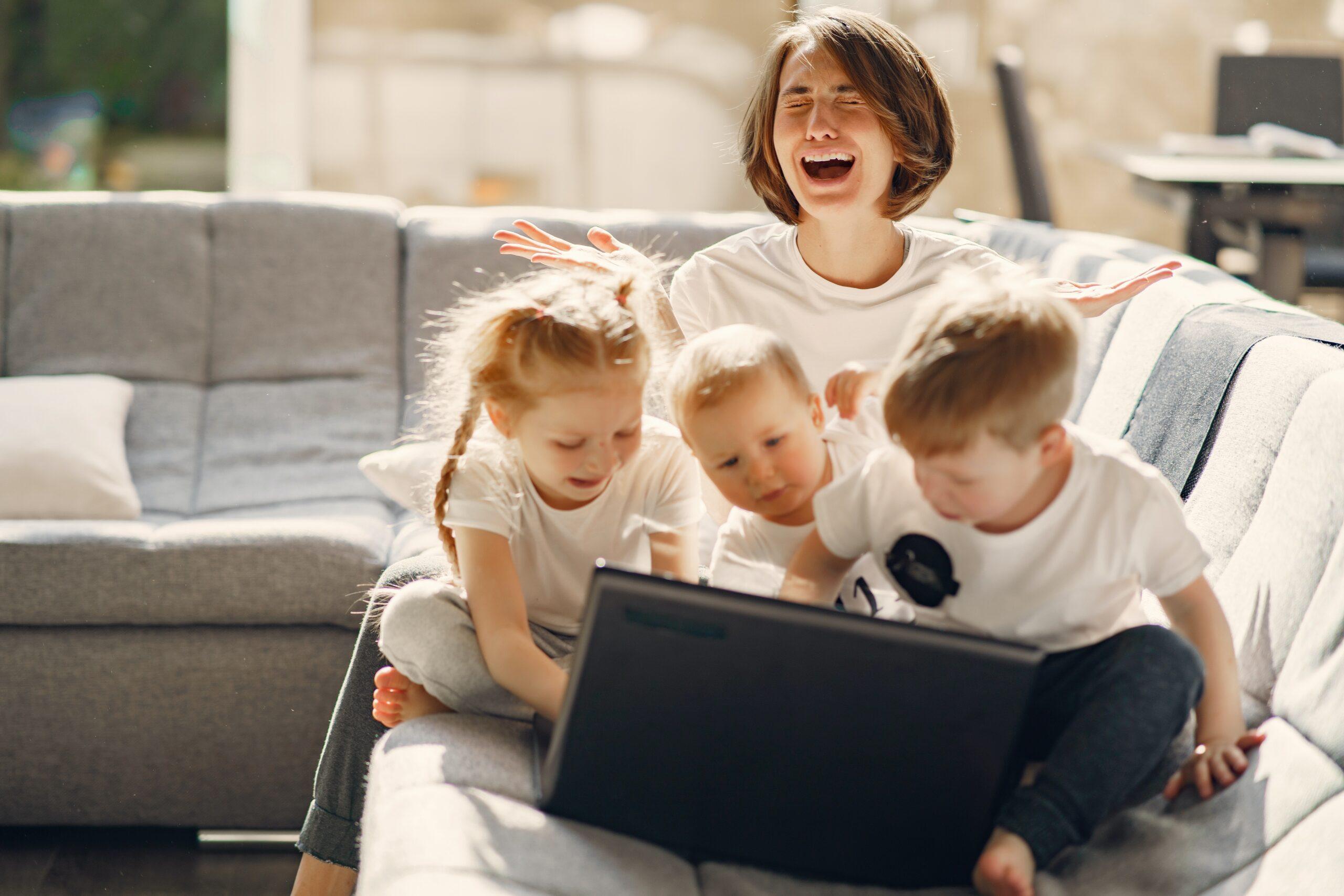 mama z otroki pred računalnikom