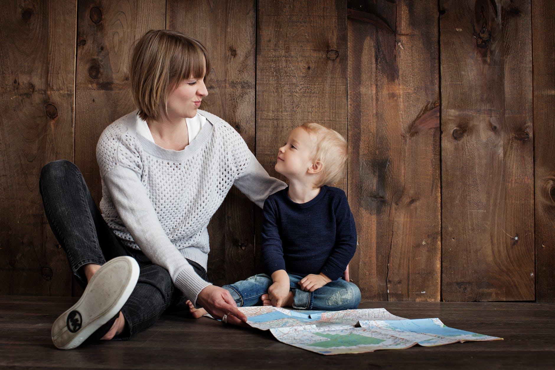 mama in otrok bereta