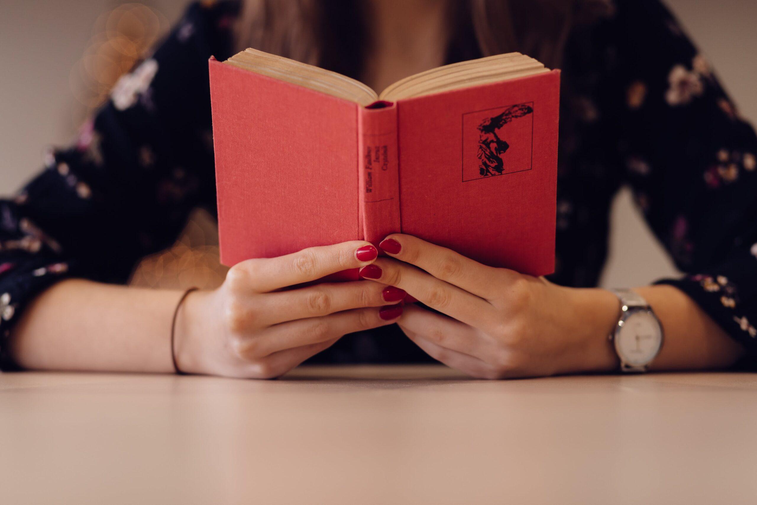 dekle bere knjigo