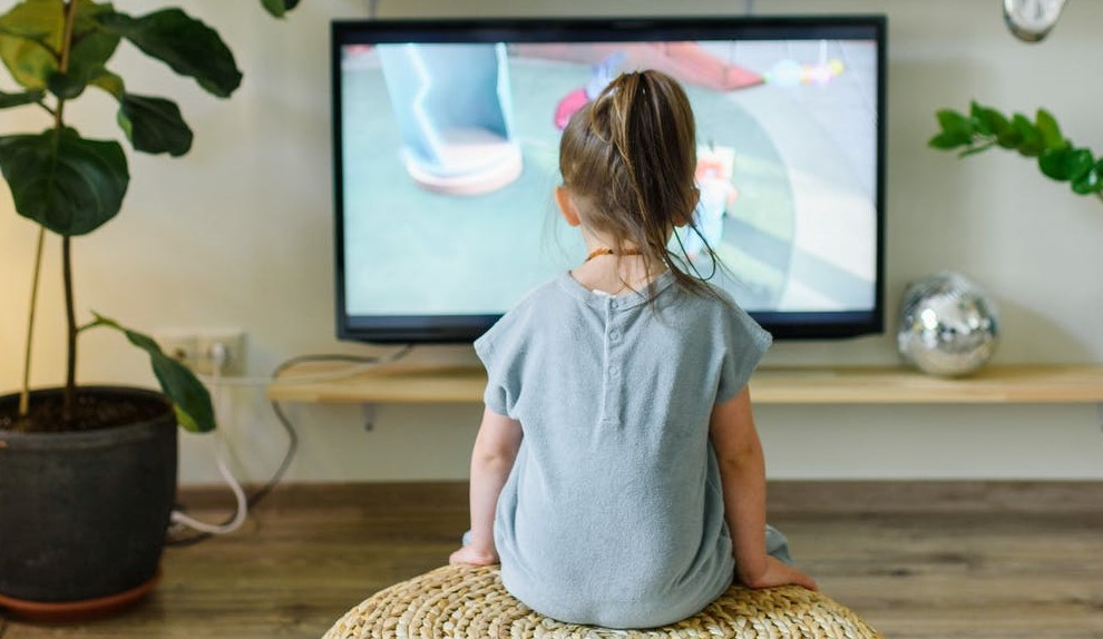 deklica pred televizorjem