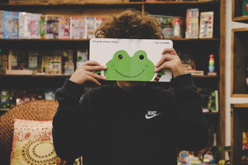 otrok s knjigo