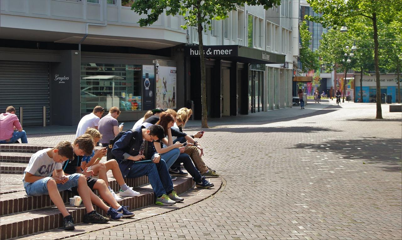 mladostniki na telefonih