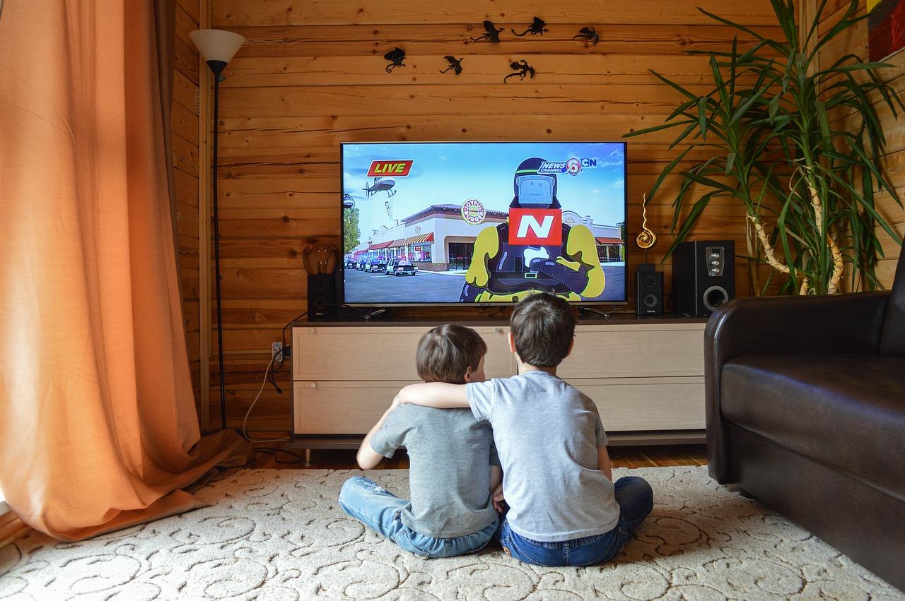 otroka pred televizijo